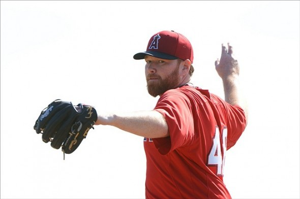 See, look. Tommy Hanson can't even be bothered to find a baseball before pitching.