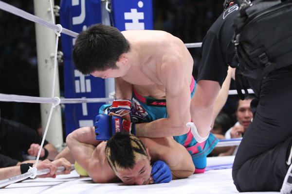 Aoki breaks an arm! credit: mantofight.com