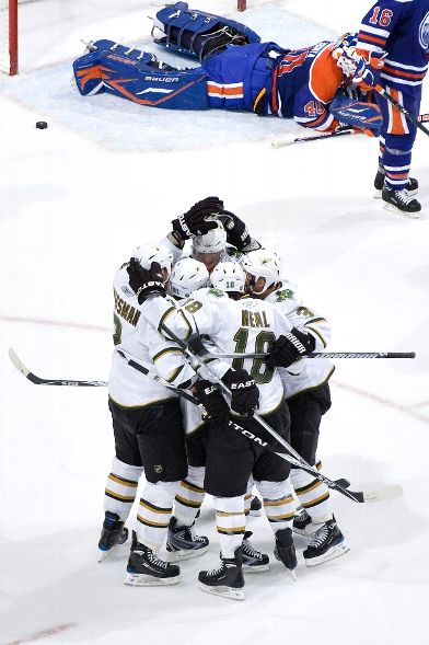 Stars celebrate a late third period goal, the game winner by James Neal, against the Oilers(Photo by Andy Devlin)