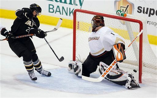 Loui Eriksson (21) scores his third goal of the night, a hat trick. (AP Photo/Brandon Wade)