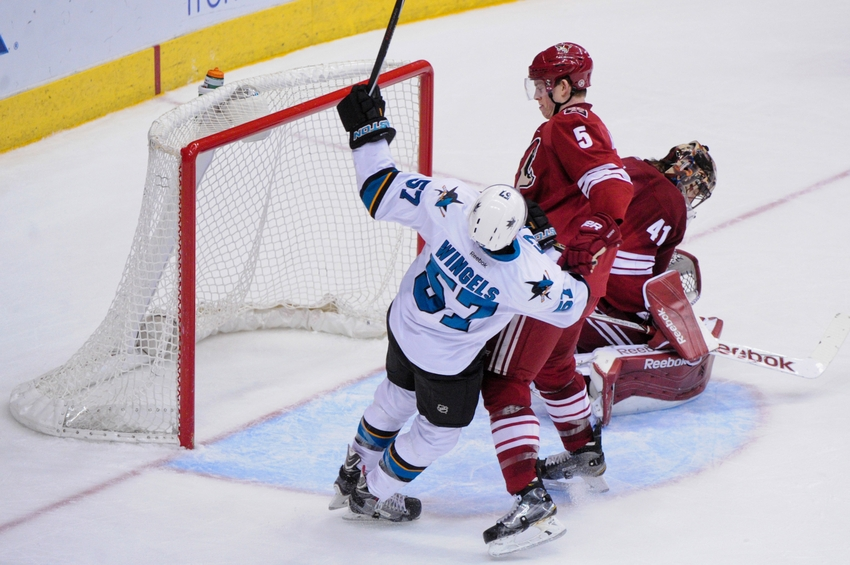 Mike-smith-tommy-wingels-nhl-san-jose-sharks-arizona-coyotes