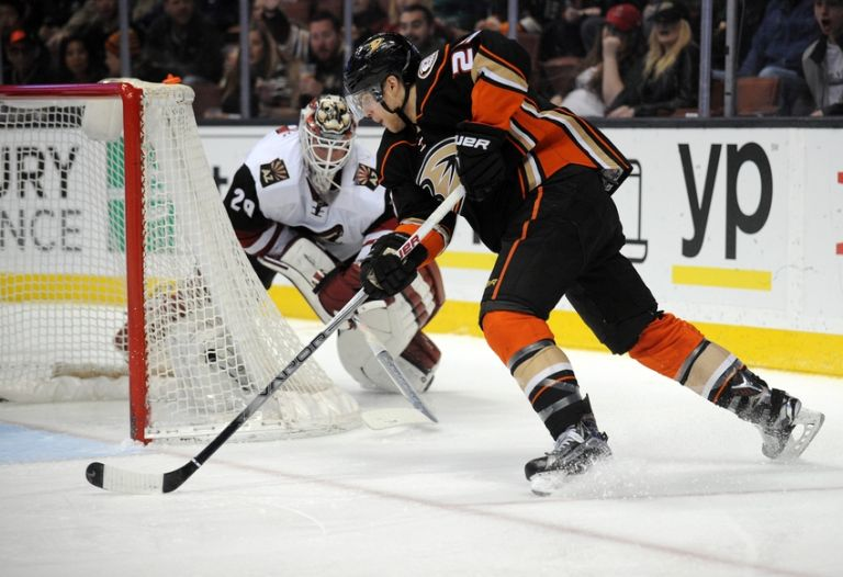 Anders-lindback-mike-santorelli-nhl-arizona-coyotes-anaheim-ducks-768x0