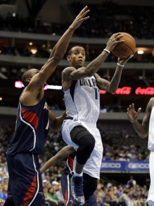 Atlanta Hawks' Al Horford, left, defends as Dallas Mavericks guard Monta Ellis goes up looking to pass in the second half of an NBA basketball game Wednesday, Oct. 30, 2013, in Dallas. (AP Photo/Tony Gutierrez)