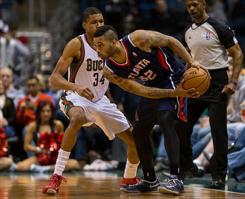 Jan 25, 2014; Milwaukee, WI, USA; Atlanta Hawks forward Mike Scott (32) during the game against the Milwaukee Bucks at BMO Harris Bradley Center. Atlanta won 112-87. Mandatory Credit: Jeff Hanisch-USA TODAY Sports