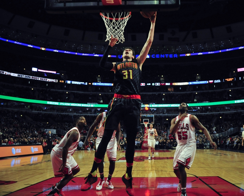 9106712-mike-muscala-nba-atlanta-hawks-chicago-bulls