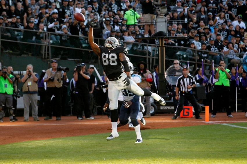 Oakland Raiders tight end Clive Walford (88) is unable to make a catch in the end zone against the Tennessee Titans in the second quarter at Oakland Alameda Coliseum. The Titans defeated the Raiders 27-14.