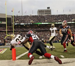Pierre Thomas scores his first of two fourth quarter touchdowns in the Saints 27-7 win over the Bills 9.27.09