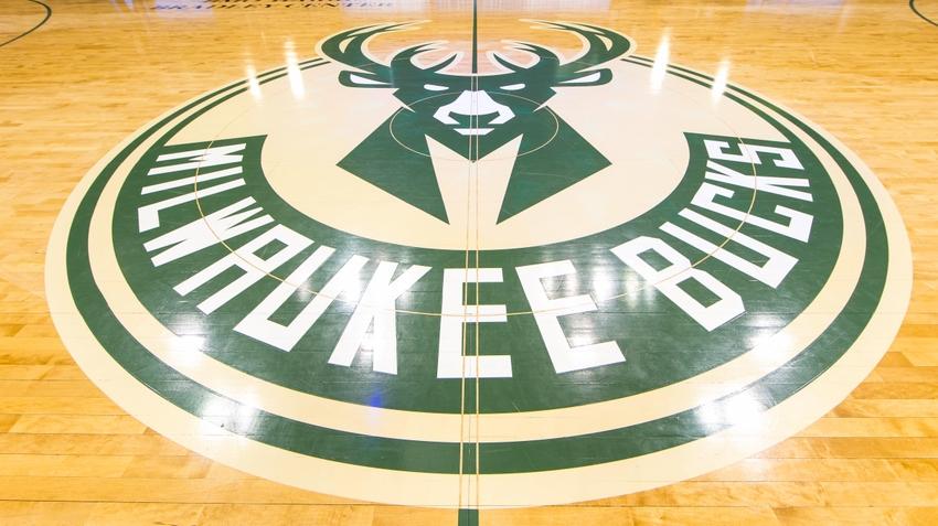 Milwaukee Bucks, Miles Plumlee agree to four-year deal