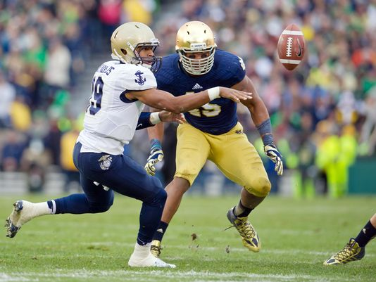 Navy Midshipmen quarterback Keenan Reynolds (19) pitches the ball as Notre Dame Fighting Irish linebacker Romeo Okwara (45) defends in the second quarter at Notre Dame Stadium.(Photo: Matt Cashore, USA TODAY Sports)