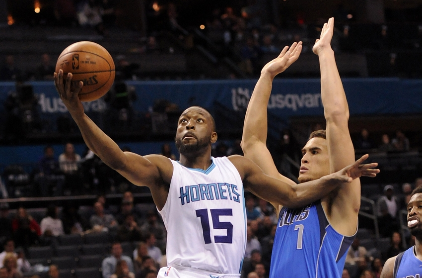 9716323-kemba-walker-dwight-powell-nba-dallas-mavericks-charlotte-hornets