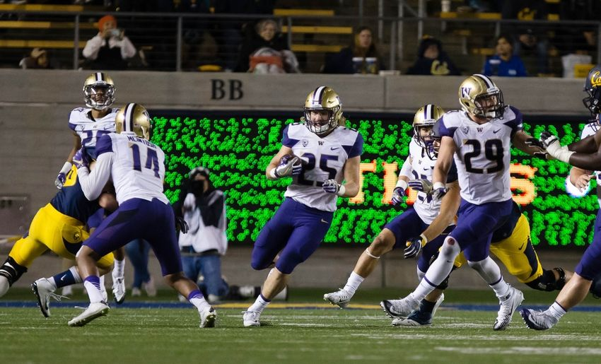 Nov 5, 2016; Berkeley, CA, USA; Washington Huskies linebacker Ben Burr-Kirven (25) carries the ball on an interception against the California Golden Bears during the third quarter at Memorial Stadium. Mandatory Credit: Kelley L Cox-USA TODAY Sports