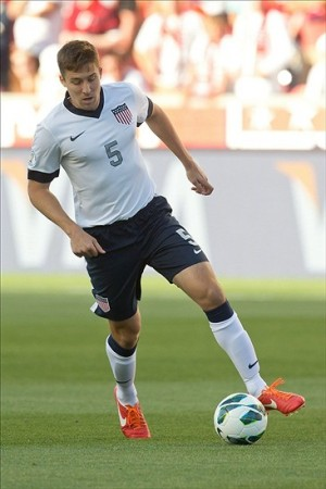 Matt Besler controls the ball against Honduras; Credit: Russ Isabella-USA TODAY Sports