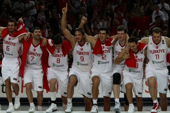 Members of the 2010 Turkish national team acknowledge the home crowd after taking a silver medal at the FIBA World Championships. (Photo by Christopher Johnson. This file is licensed under the Creative Commons Attribution-Share Alike 2.0 Generic license.)