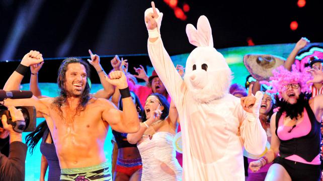 Qui est sous le costume de lapin? WWE-Monday-Night-Raw-Adam-Rose-Bunny