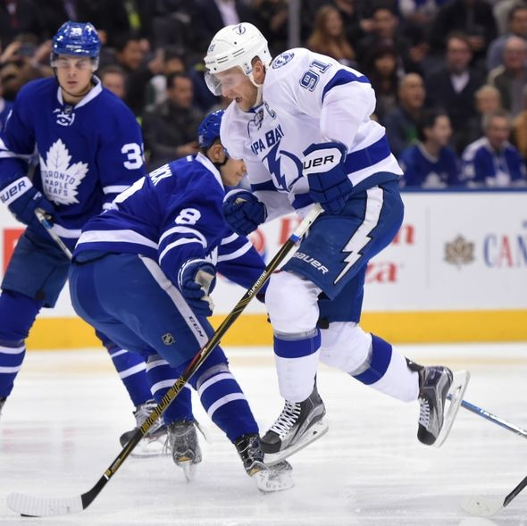9632556-steve-stamkos-auston-matthews-nhl-tampa-bay-lightning-toronto-maple-leafs-590x589