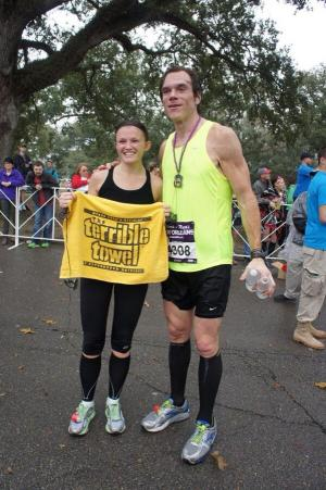 Alan Faneca poses with a Steelers fan at last weekend's New Orleans Marathon. (Photo: @AFan66 on Twitter)
