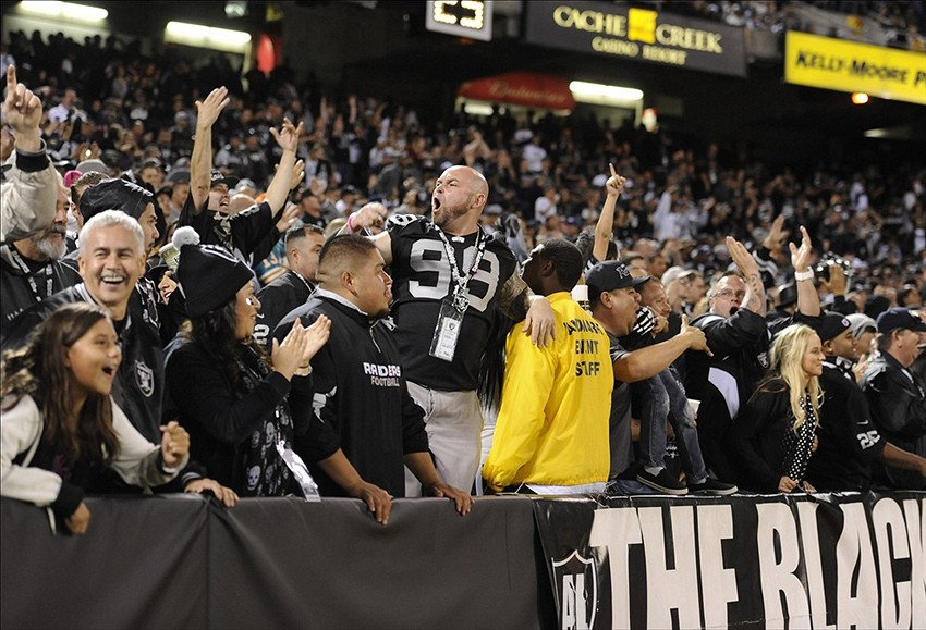 Black Hole Fans : Oakland raiders jacksonville jaguars game is a sell out at
