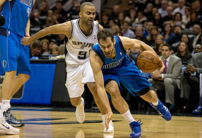 The dallas mavericks lead the san antonio spurs going into the third