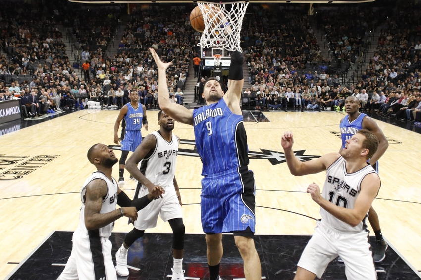 9712763-dewayne-dedmon-jonathon-simmons-david-lee-nikola-vucevic-nba-orlando-magic-san-antonio-spurs