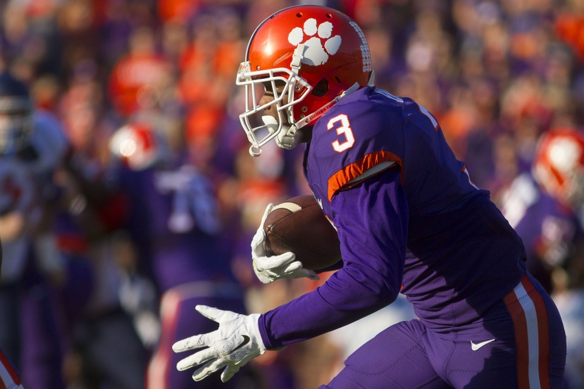 Nov 5, 2016; Clemson, SC, USA; Clemson Tigers wide receiver Artavis Scott (3) carries the ball during the second quarter against the Syracuse Orange at Clemson Memorial Stadium. Mandatory Credit: Joshua S. Kelly-USA TODAY Sports
