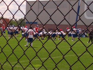Eli Manning lead the offense in screen pass drills.