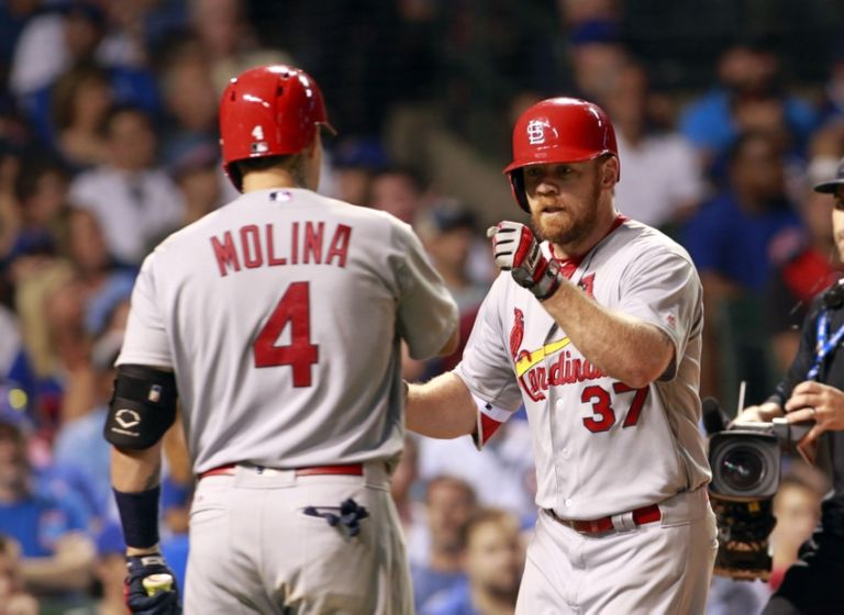 9464210-yadier-molina-brandon-moss-mlb-st.-louis-cardinals-chicago-cubs-768x560