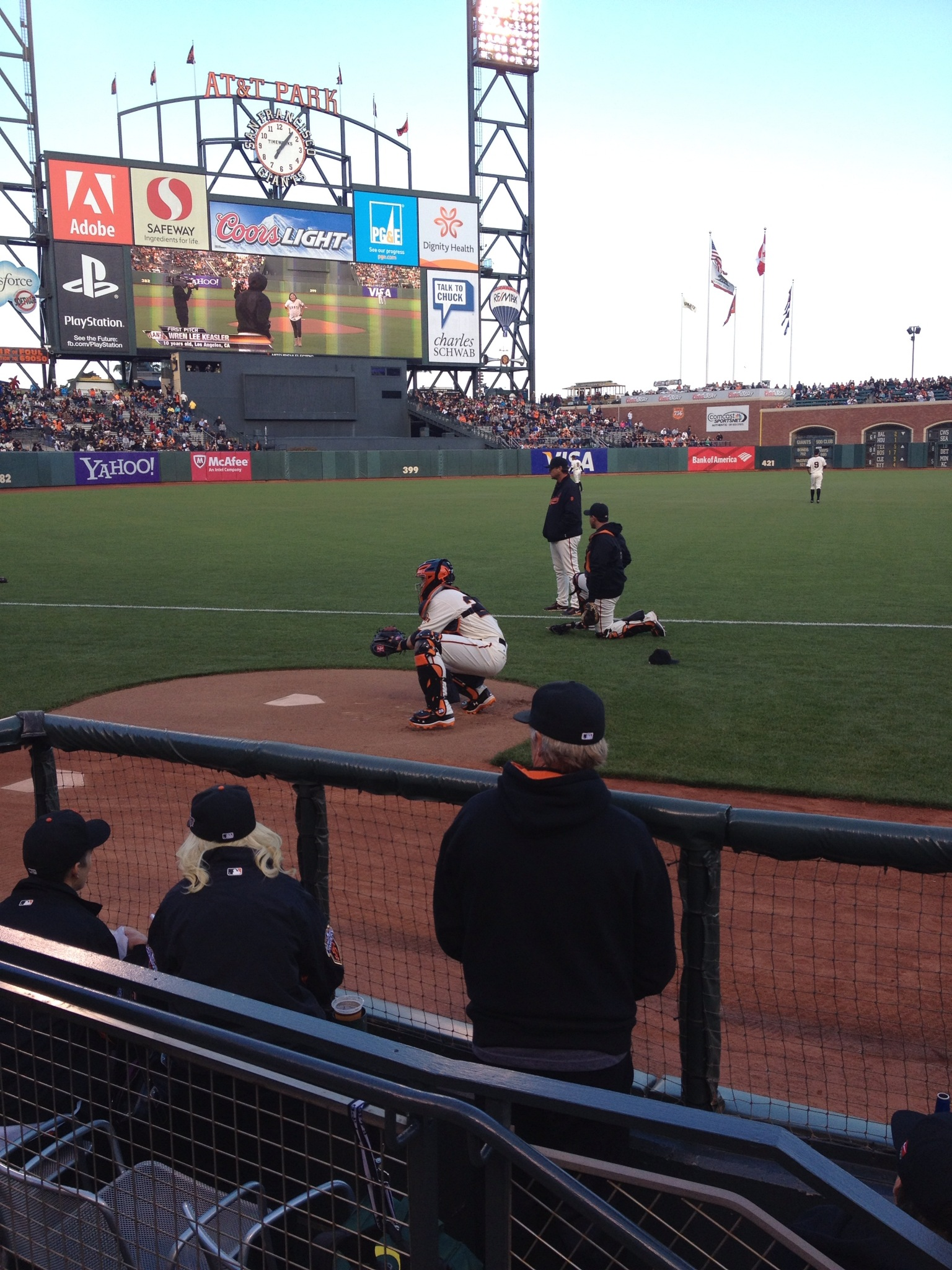Buster Posey warming Tim Lincecum up pre-game