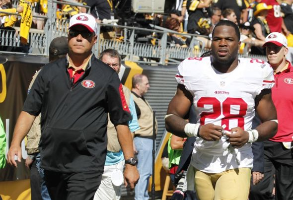 Sep 20, 2015; Pittsburgh, PA, USA; San Francisco 49ers running back Carlos Hyde (28) leaves the game with an apparent injury against the Pittsburgh Steelers during the third quarter at Heinz Field. The Steelers won 43-18. Mandatory Credit: Charles LeClaire-USA TODAY Sports