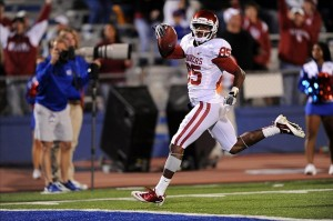 Oct 15, 2011; Lawrence, KS, USA; Oklahoma Sooners wide receiver Ryan Broyles (85) scores a touchdown on a 43-yard pass play against the Kansas Jayhawks during the fourth quarter at Memorial Stadium. Oklahoma defeated Kansas 47-17. Mandatory Credit: Peter G. Aiken-US PRESSWIRE
