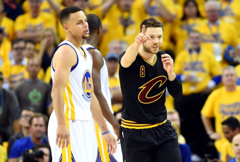 Matthew-dellavedova-stephen-curry-nba-finals-cleveland-cavaliers-golden-state-warriors-768x521
