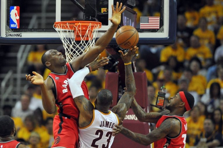 Bismack-biyombo-terrence-ross-lebron-james-nba-playoffs-toronto-raptors-cleveland-cavaliers-768x510
