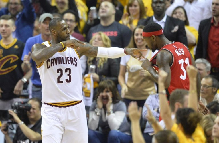 9300456-terrence-ross-lebron-james-nba-playoffs-toronto-raptors-cleveland-cavaliers-768x501