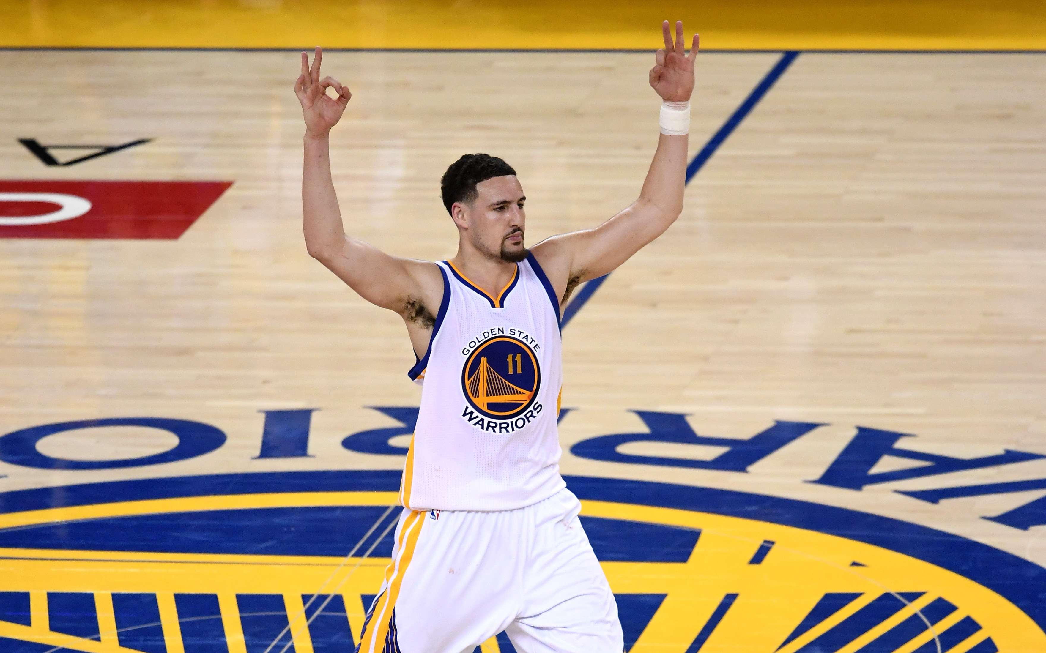 Klay Thompson injury update: Warriors star to locker room after collision