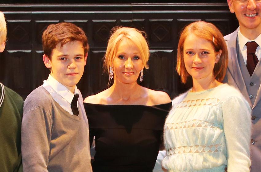 JK Rowling con i figli. Nel 2016 ha conquistato il terzo posto della speciale classifica di Forbes degli autori più pagati. L'anno preceduta James Patterson e George R.R. Martin.