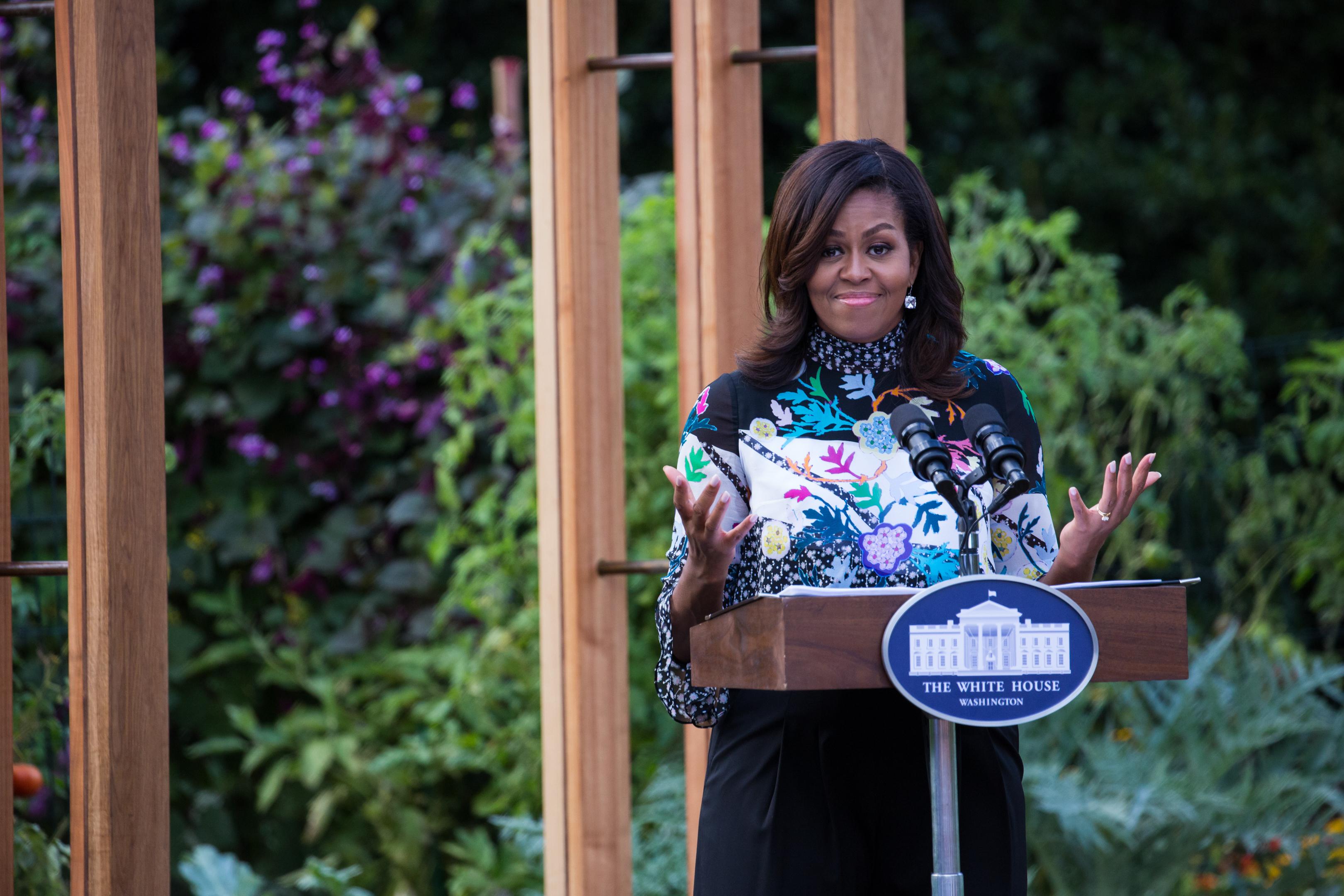 Michelle Obama Kitchen Garden Michelle Obama Sets White House Kitchen Garden In Stone