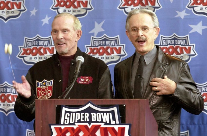 ATLANTA, UNITED STATES: US comedians Tom (L) and his brother Dick (R) Smothers address a press conference 28 January 2000 at the Georgia Dome in Atlanta, Georgia. The Smothers Brothers will host the pre-game show before the start of Super Bowl XXXIV at the Georgia Dome 30 January 2000. (ELECTRONIC IMAGE) AFP PHOTO/Tony RANZE (Photo credit should read TONY RANZE/AFP/Getty Images)