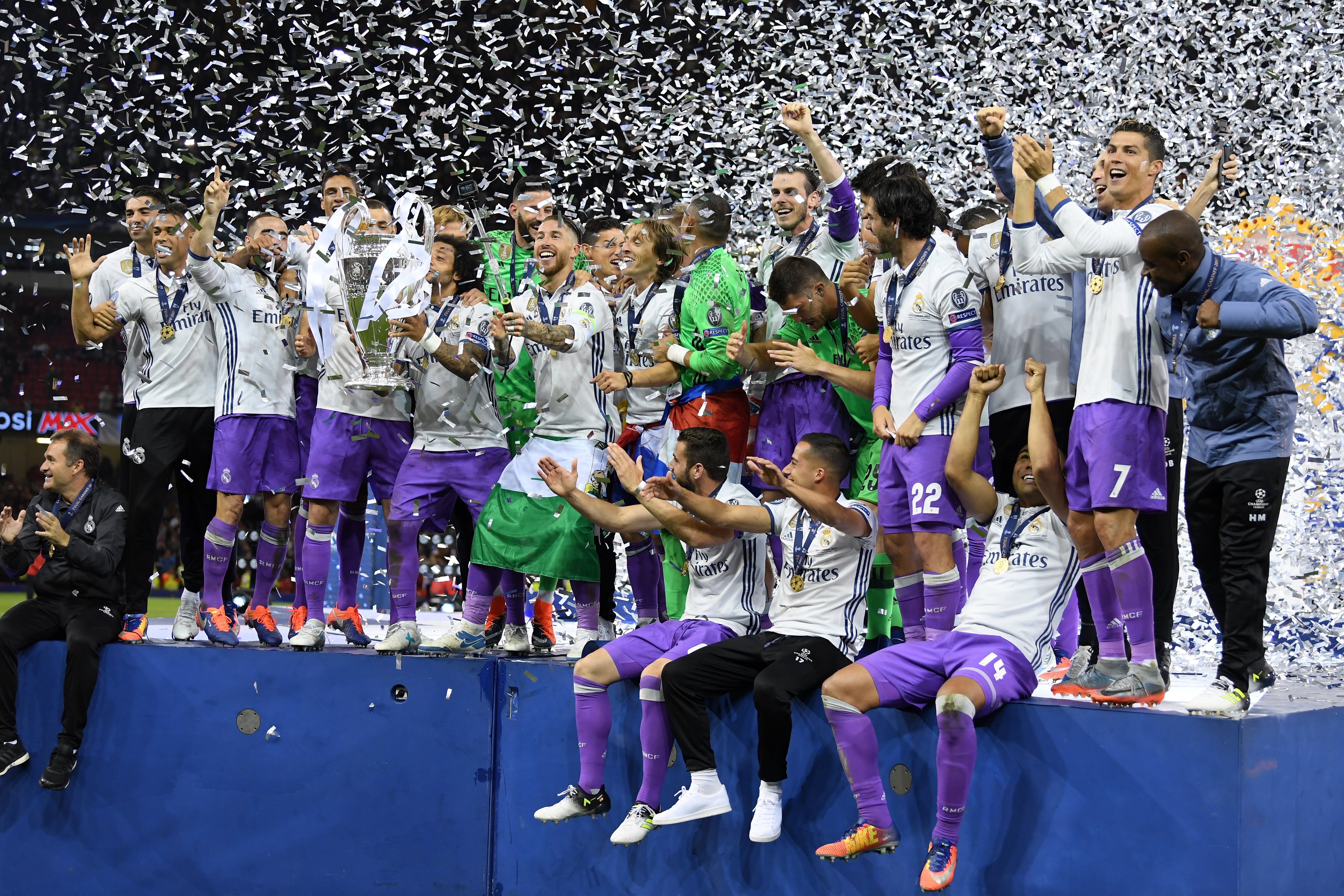real madrid lift champions league trophy after win over