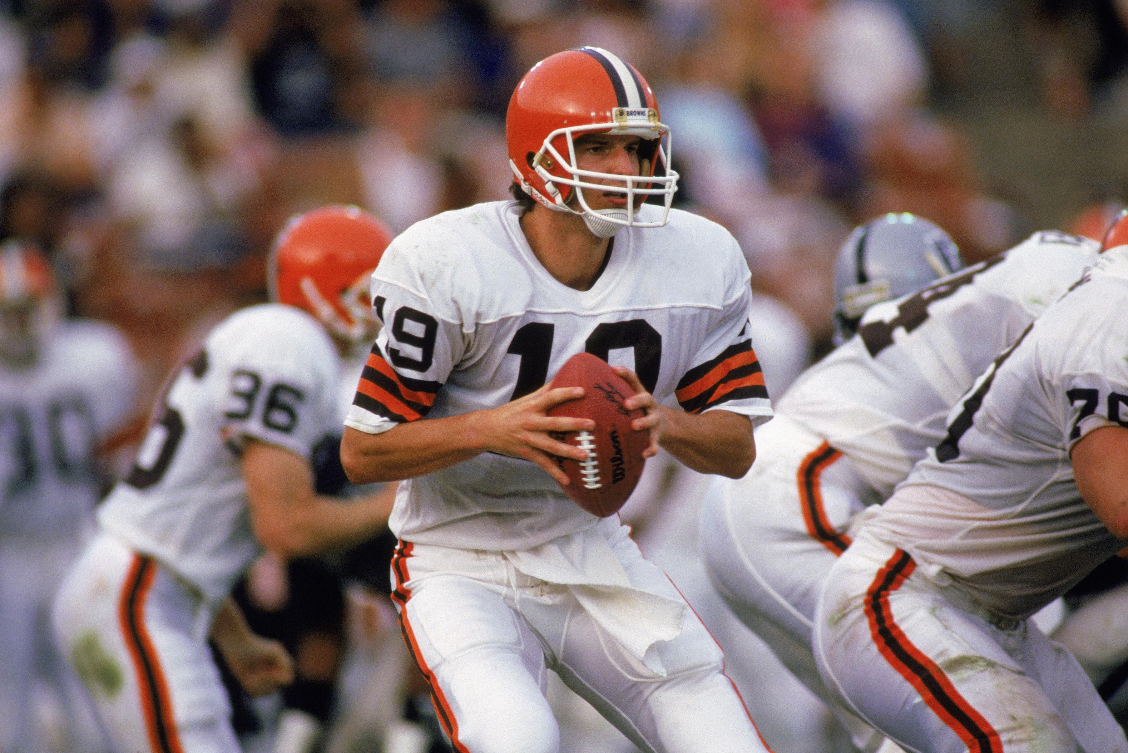 2643917-quarterback-bernie-kosar-looks-for-receiver.jpg