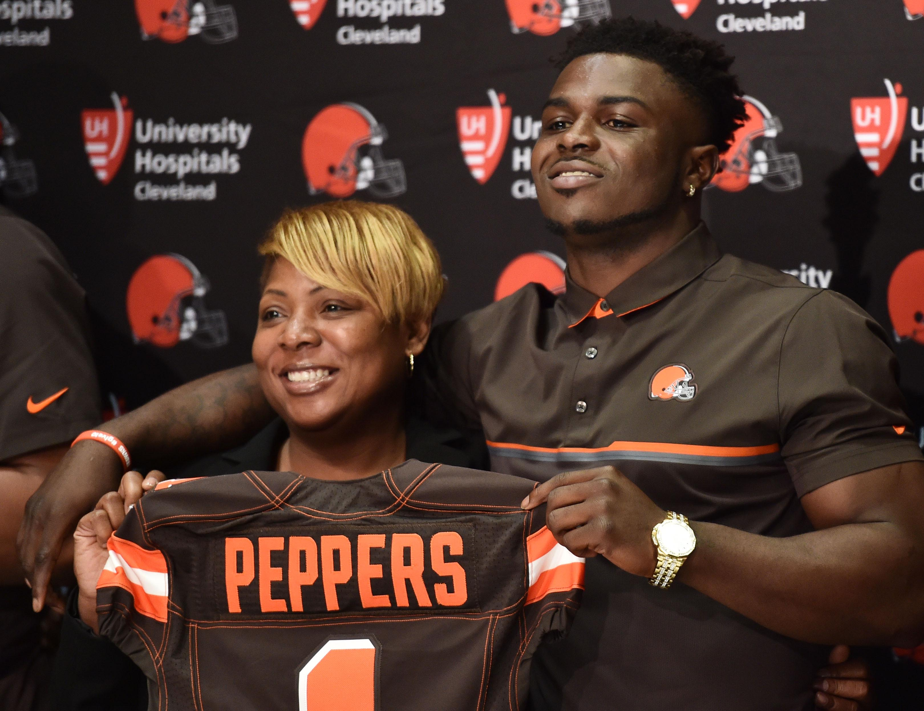 10034521-nfl-cleveland-browns-press-conference-1