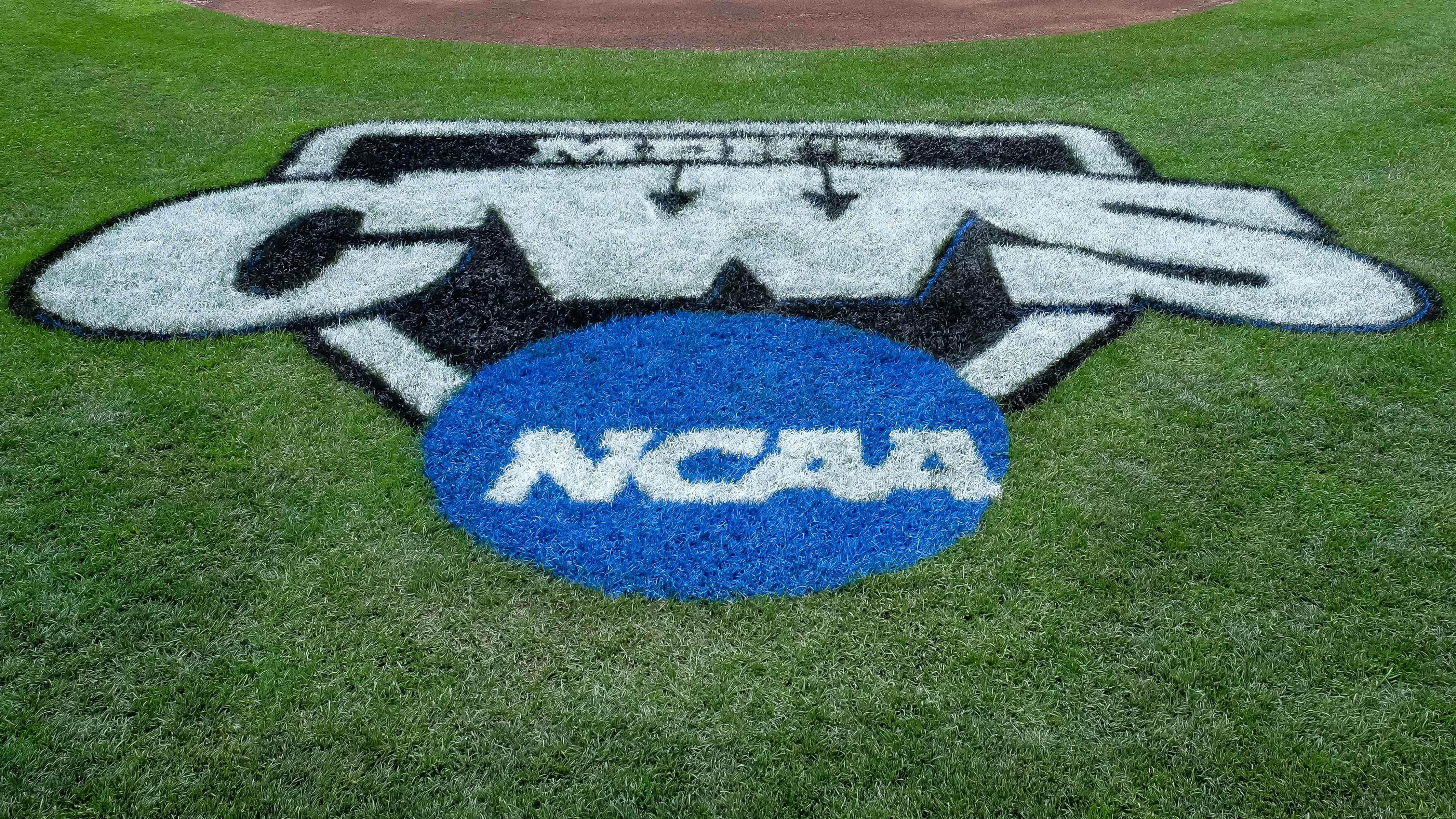 8608817-ncaa-baseball-college-world-series-arkansas-vs-virginia
