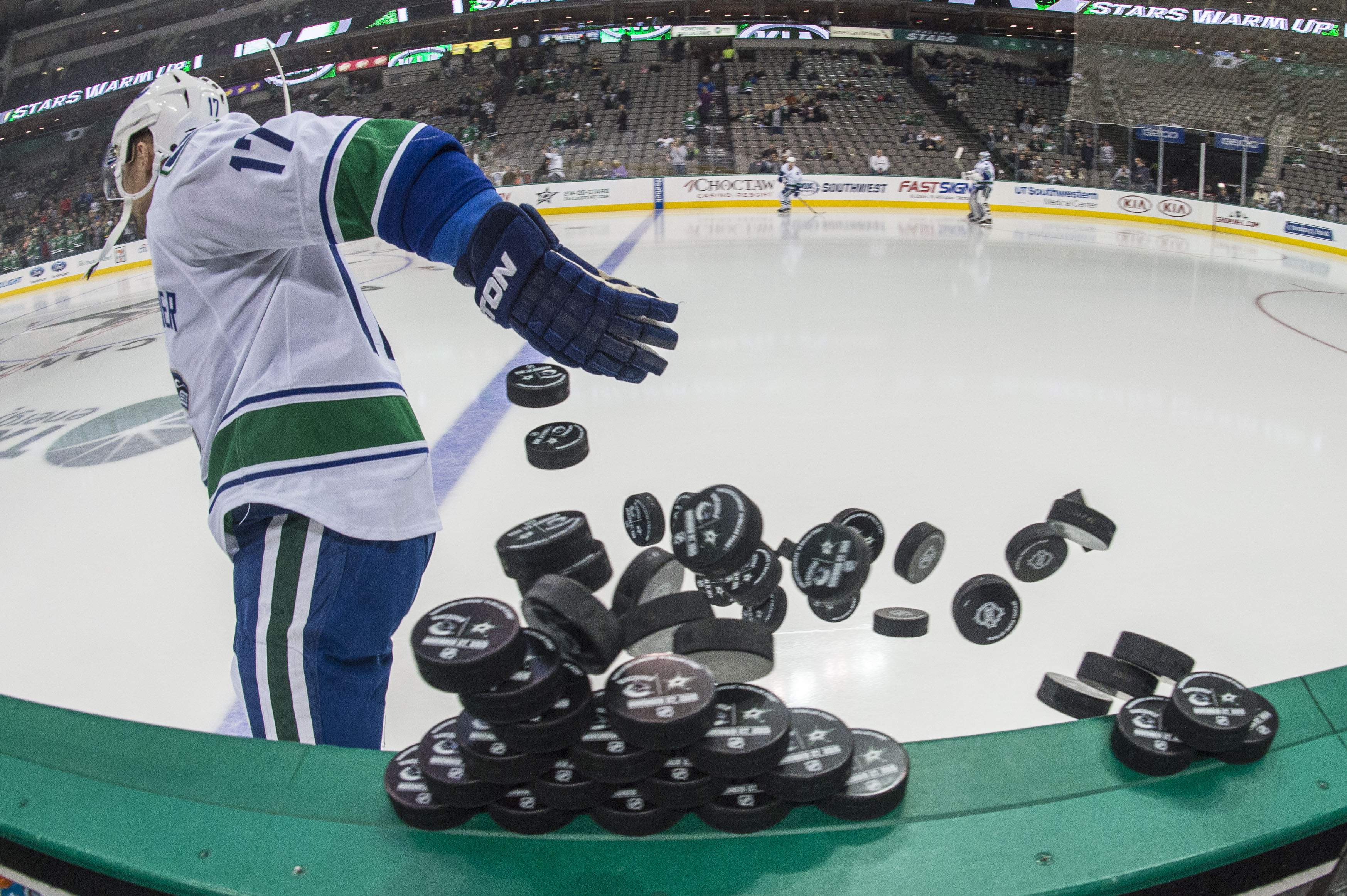 8955654-nhl-vancouver-canucks-at-dallas-stars