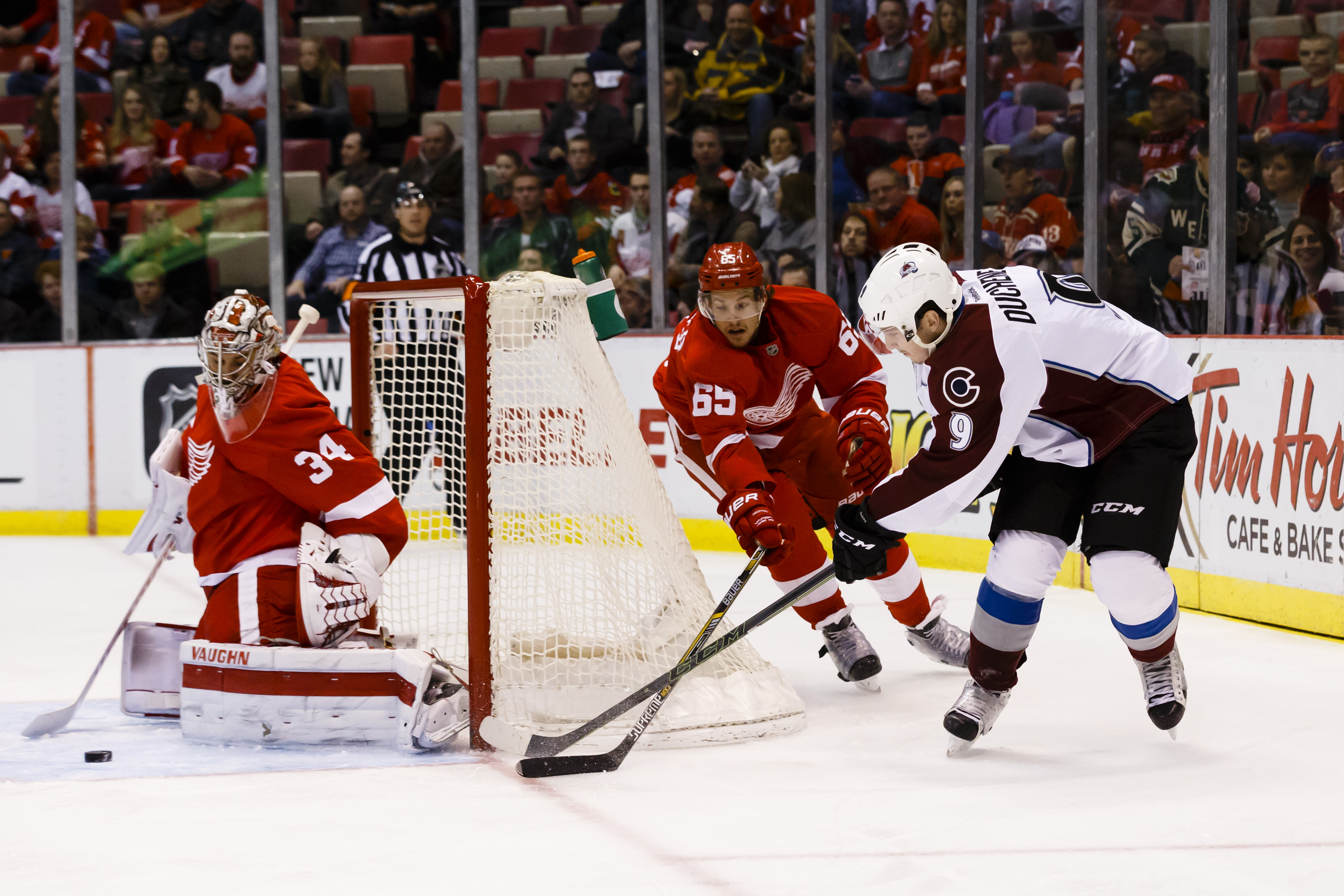 9111068-nhl-colorado-avalanche-at-detroit-red-wings