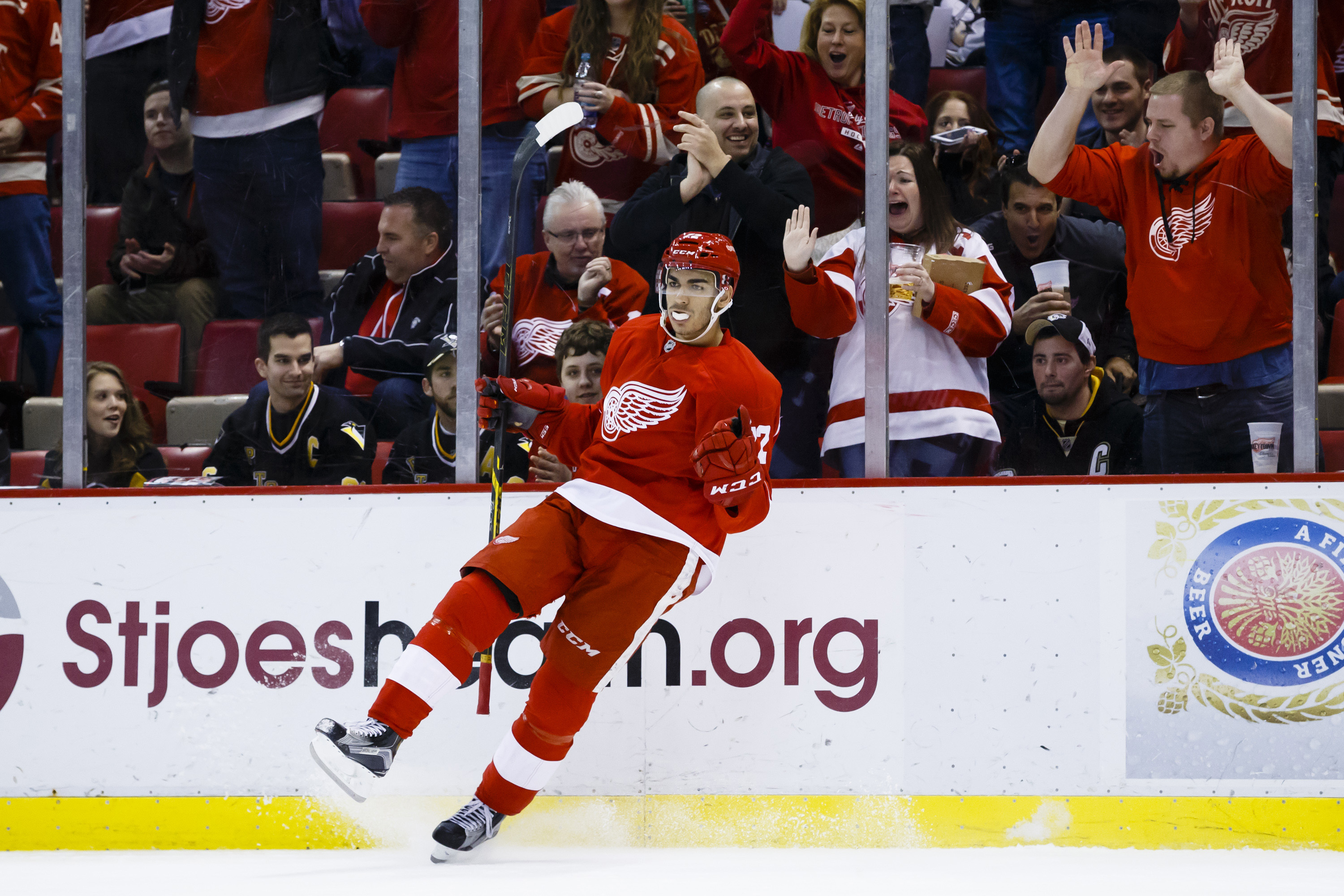 9212135-nhl-pittsburgh-penguins-at-detroit-red-wings