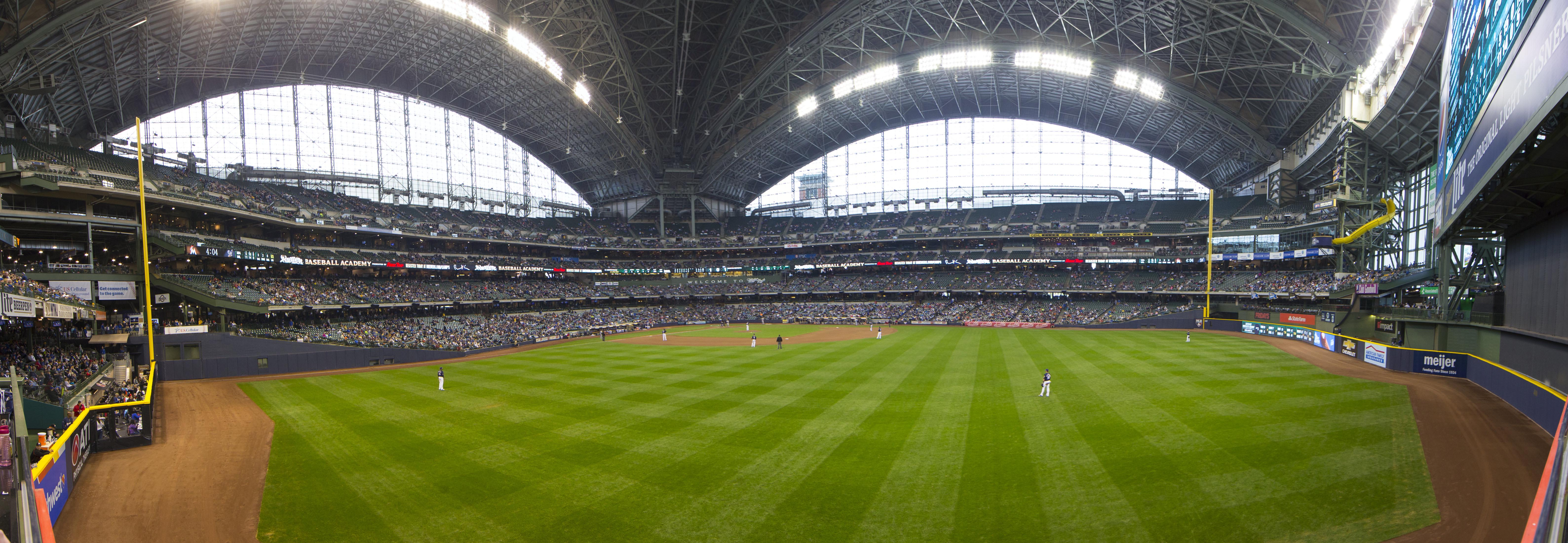 9277511-mlb-miami-marlins-at-milwaukee-brewers