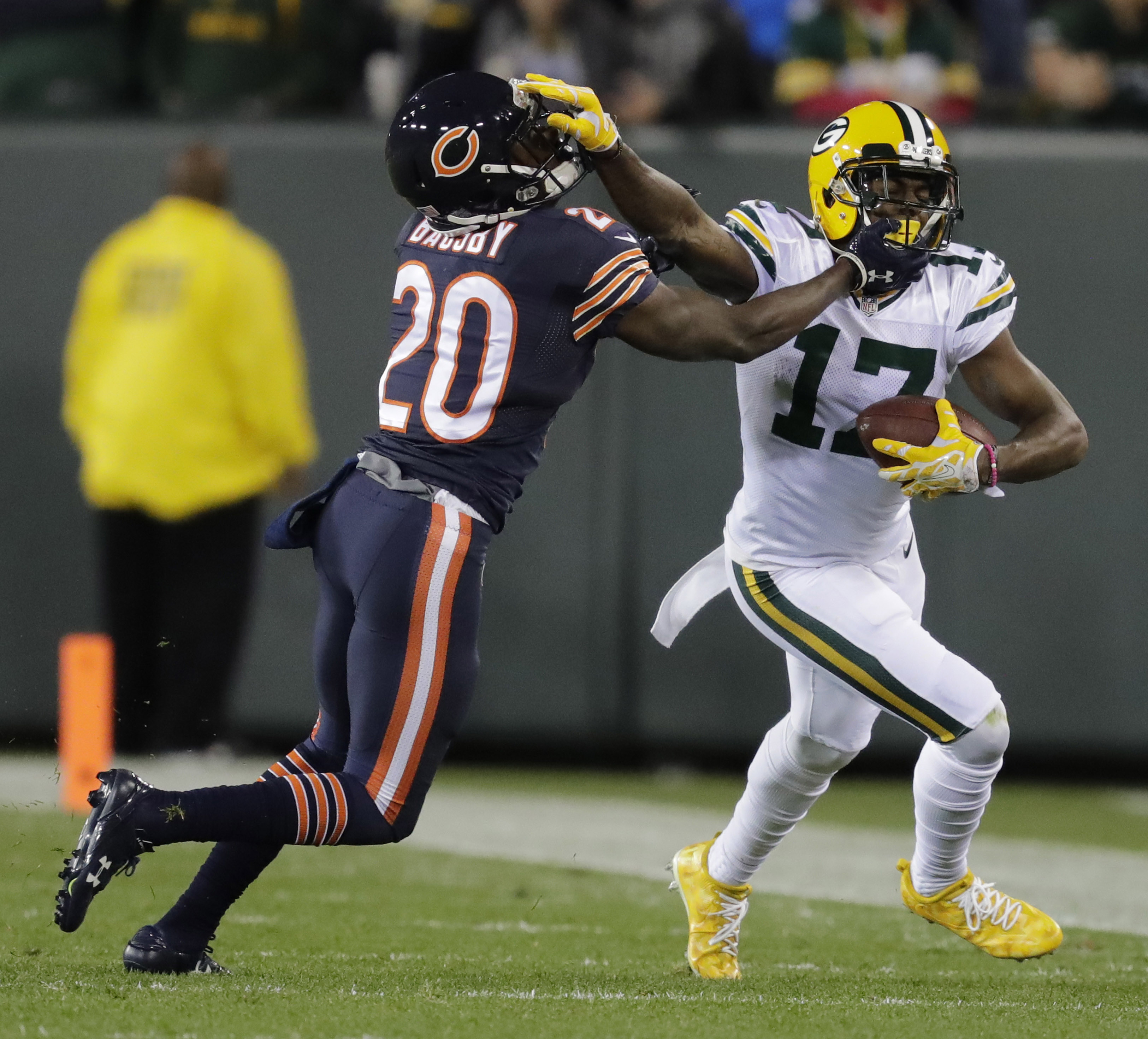 9621777-nfl-chicago-bears-at-green-bay-packers