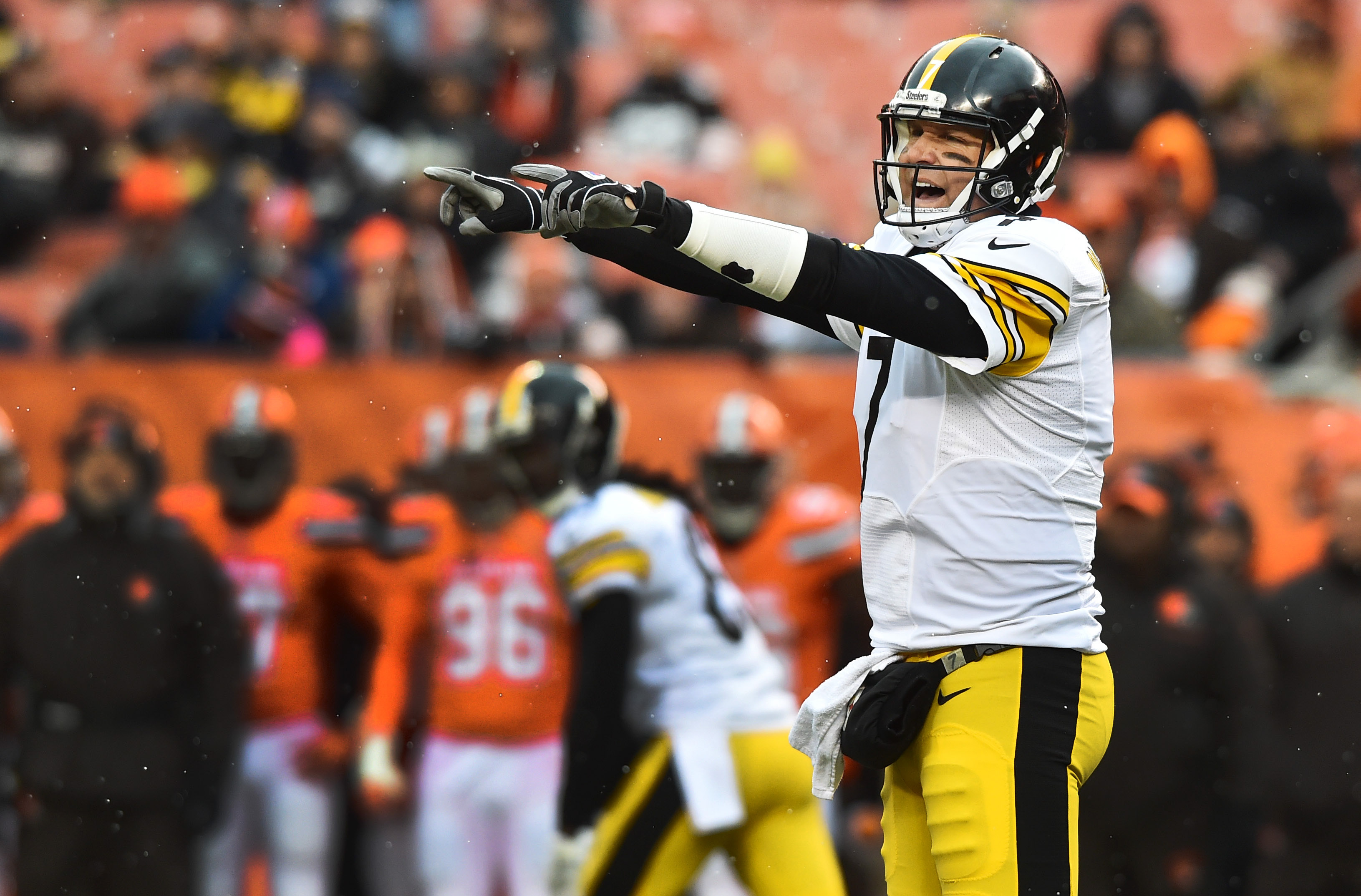9698441-nfl-pittsburgh-steelers-at-cleveland-browns