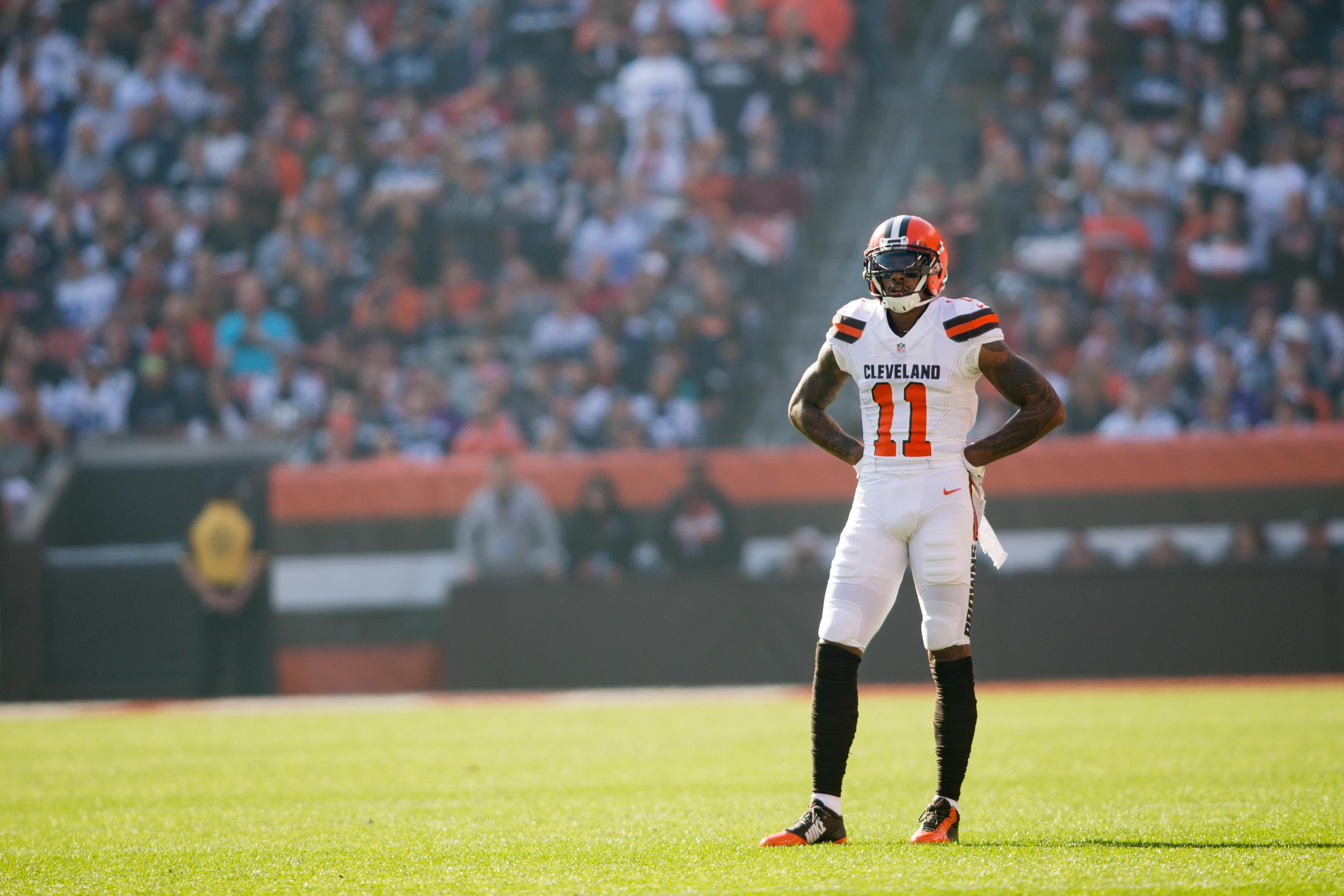 9735797-nfl-dallas-cowboys-at-cleveland-browns