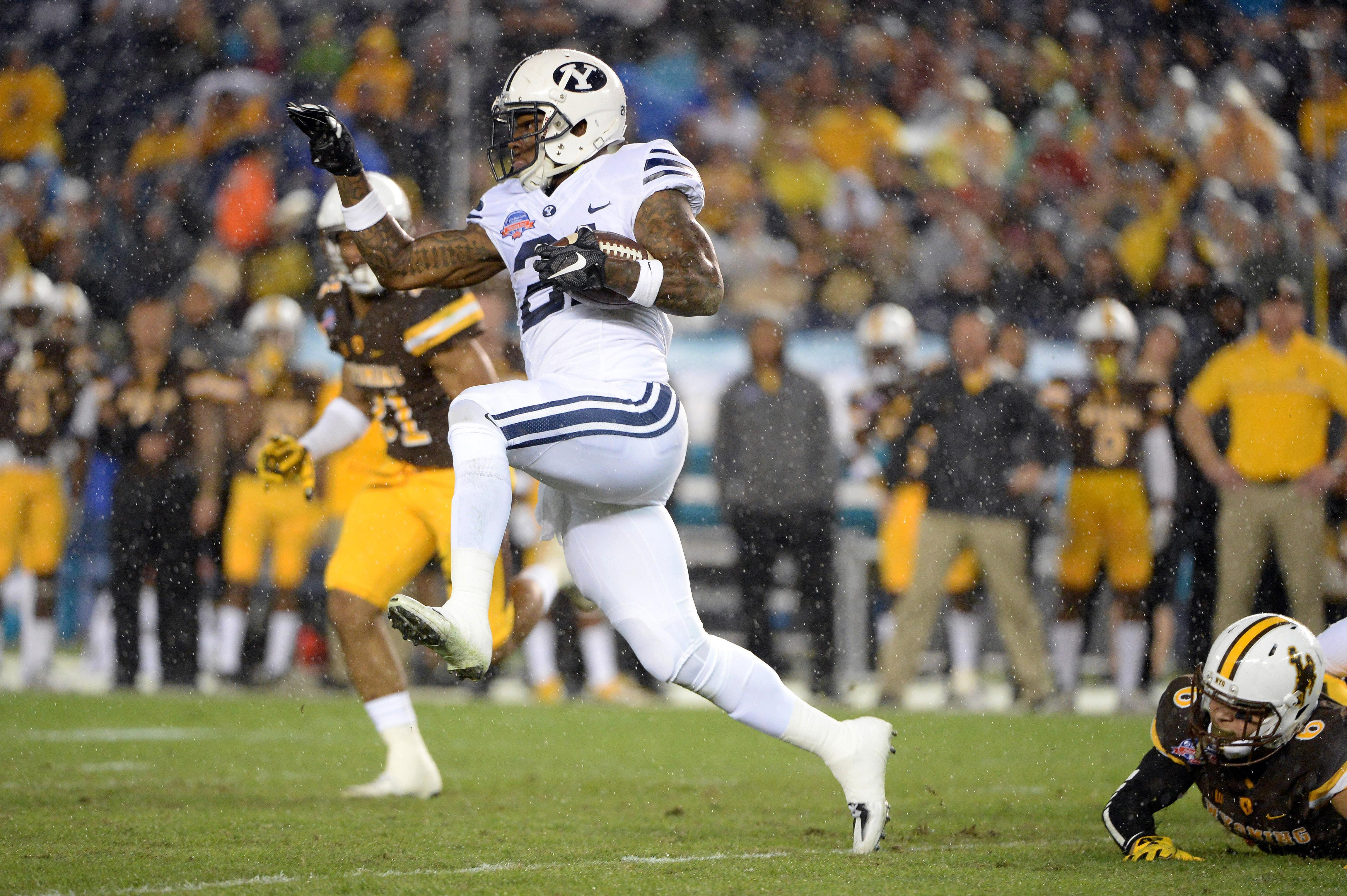 9761221-ncaa-football-poinsettia-bowl-brigham-young-vs-wyoming