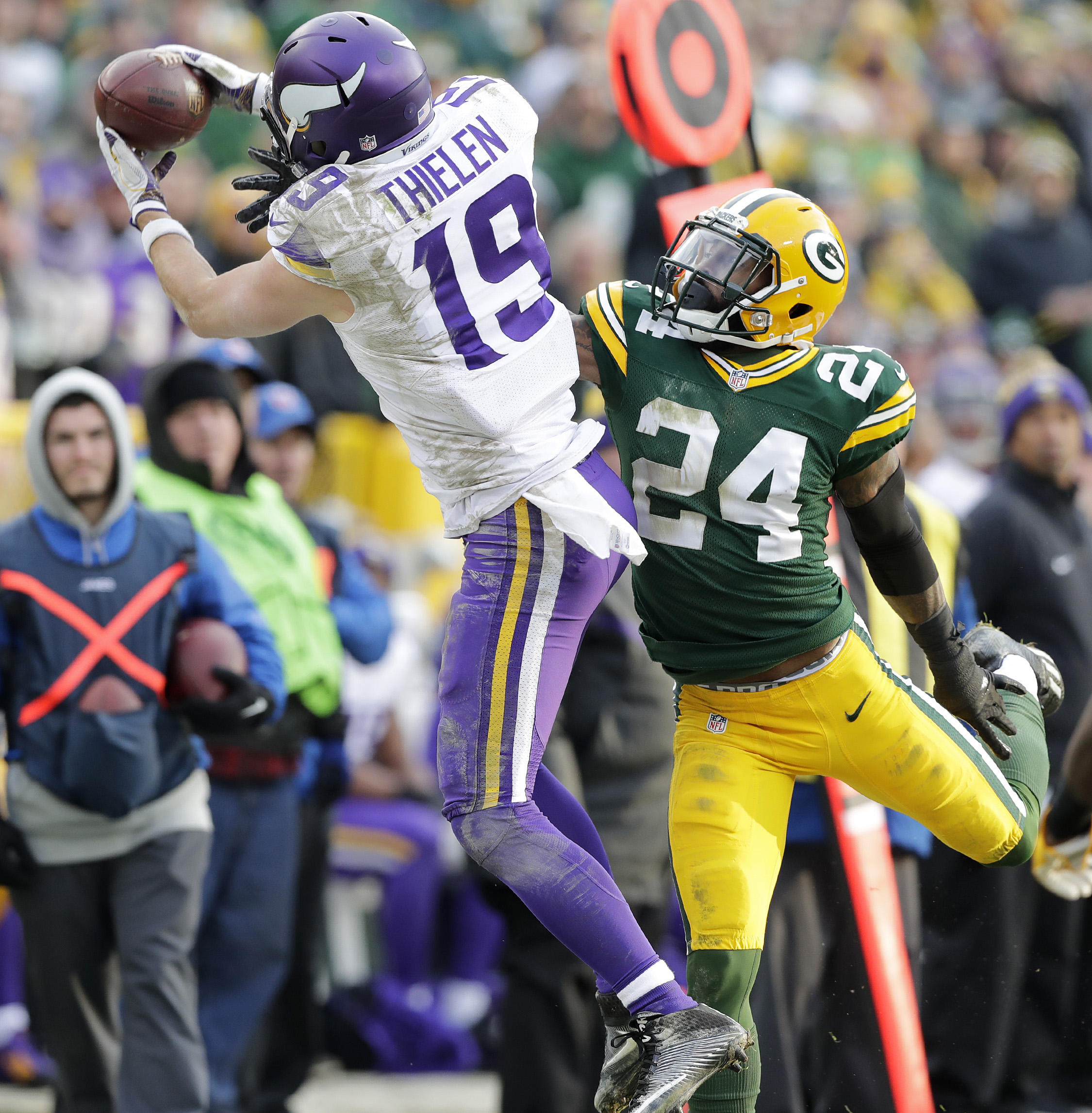 9767412-nfl-minnesota-vikings-at-green-bay-packers