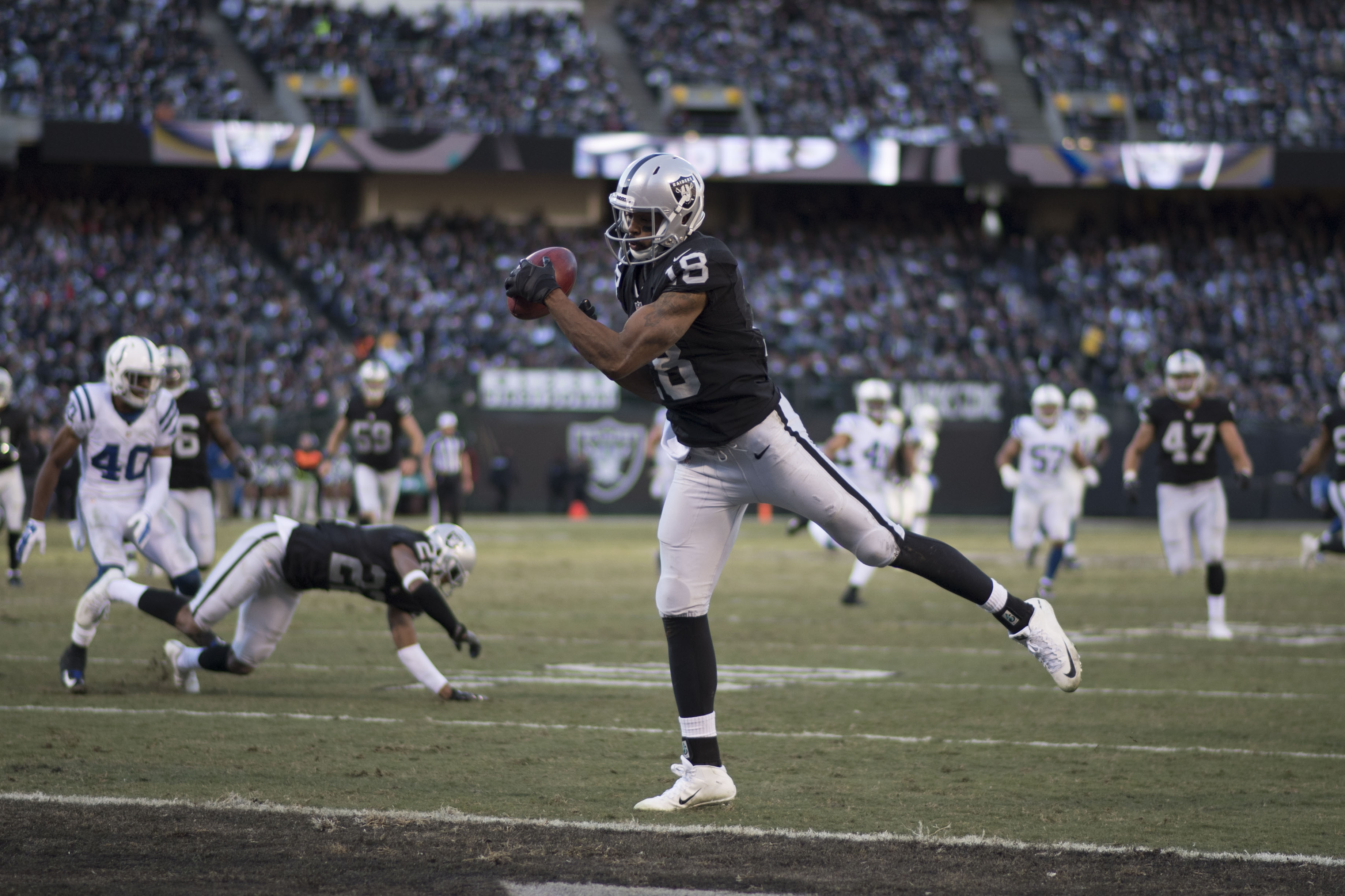 9767546-nfl-indianapolis-colts-at-oakland-raiders